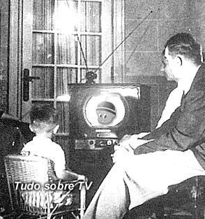 Família reunida para assistir a televisão, ainda na década de 50